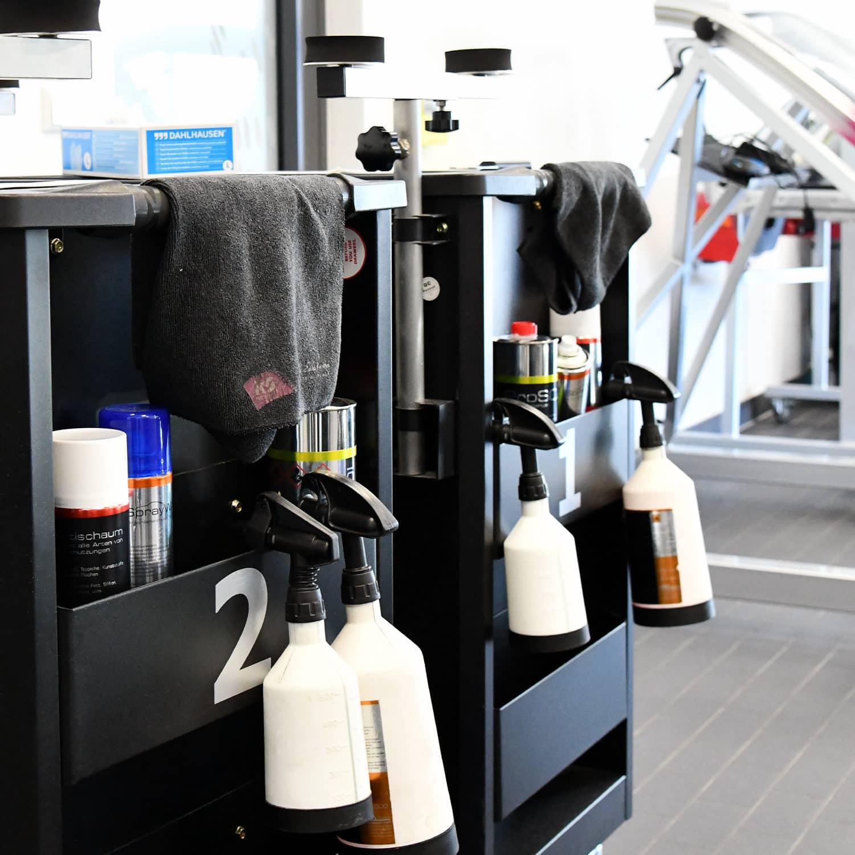 Autoglaser Werkstatt mit diversen Reinigungsmitteln