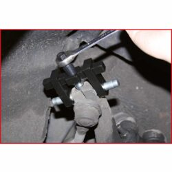 eine zusätzliche Brücke ermöglicht den gleichzeitigen Einsatz von zwei Keilen insbesondere für Audi und Volkswagen 4-Lenkerachsen ideal zum Spreizen der Achsschenkel-Klemmbohrungen bzw. Traggelenkaufnahmen wird benötigt, um die festsitzende Feder-Dämpfereinheit aus der Achsschenkel-Klemmbohrung herauszuziehen erleichtert die Montage und Demontage Beschädigungen des Achsschenkelgehäuses (Guss oder Aluminium) werden verhindert universal einsetzbar durch je 2 Paar unterschiedlicher Spreizkeile und Befestigungsbolzen ohne Stauchen des Gewindeendes wie z.B. beim Ausdrücken optimale Fixierung, daher ist das Abrutschen nahezu unmöglich exakte Zentrierung durch aufschraubbare und gehärtete Bohrlehren Außensechskantantrieb 13,0 mm Spezial-Werkzeugstahl